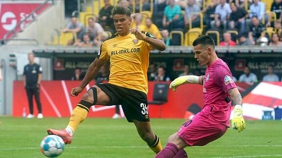 Ransford-Yeboah Königsdörffer Dresden gegenTorwart Michael Zetterer Bremen
