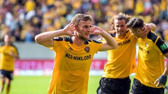 Dresdens Christoph Daferner jubelt nach seinem Tor zum 2:0