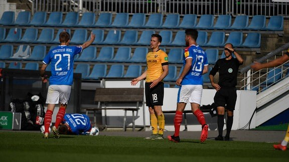 Jannik Müller Dynamo Dresden nach dem Foul an Jannik Dehm KSV