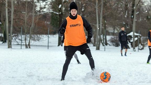 Trainingseinheit im Schnee. Neuzugang Dzenis Burnic am Ball.