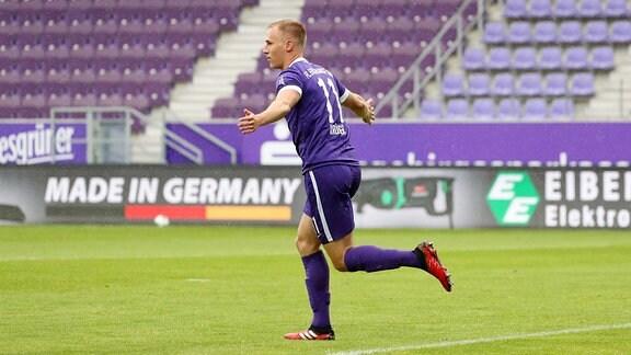 Torschütze Florian Krüger  vom FC Erzgebirge Aue beim Torjubel.