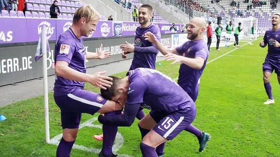 Tor für Aue. Jan Hochscheidt (7, Aue) erzielt den Treffer zum 1:0 und jubelt mit Dennis Kempe (15, Aue), Dimitrij Nazarov (10, Aue) und Philipp Riese (17, Aue).