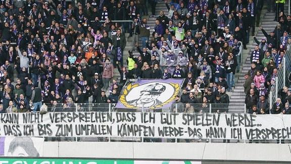 Fans von Erzgebirge Aue zeigen ein Plakat Banner.