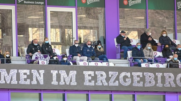 Blick auf die Tribüne - in der Mitte die Brüder Helge Leonhardt Präsident, FC Erzgebirge Aue re. und Uwe Leonhardt Aufsichtsratsmitglied, FC Erzgebirge Aue li., Michael Voigt Geschäftsführer Finanzen, FC Erzgebirge Aue li. und Mandy Kunze ehemalige Stürmerin der FCE-Frauen re., neben ihm.