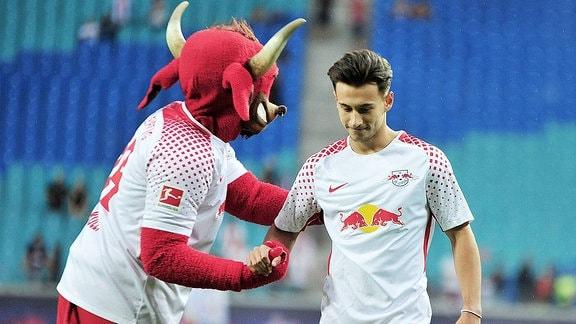 RBL-Spieler Nicolas Kühn mit Maskottchen Bulli