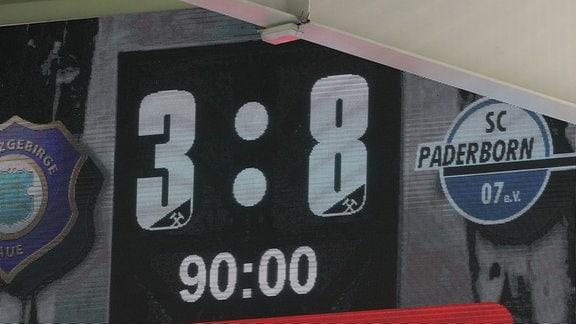 Der Endstand 3:8 des Spieles an der Anzeigetafel.