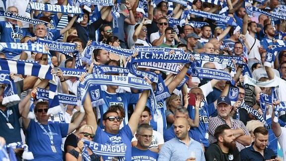 Magdeburger Fans halten Schals