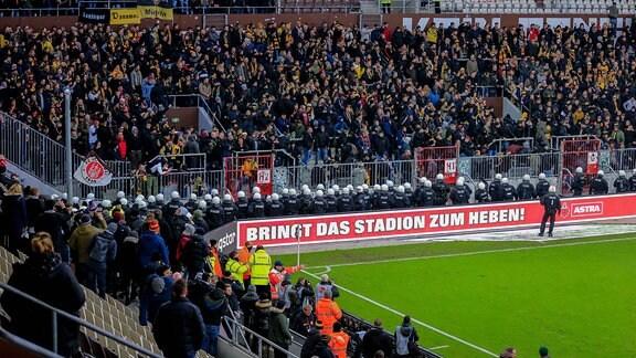 Fußballfans und Polizisten in einem Fußballstadion
