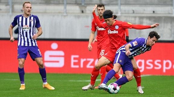 Ben Zolinski FC Erzgebirge Aue li., Jae-sung Lee Holstein Kiel Mitte Clemens Fandrich FC Erzgebirge Aue