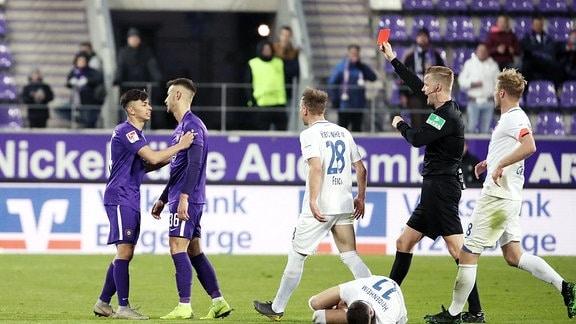 Schiedsrichter Arne Aarnink zeigt Filip Kusic (36, Aue) die Rote Karte.