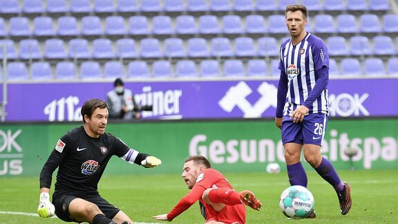 Christian Kühlwetter 1. FC Heidenheim 1846 Mitte vor Sören Gonther FC Erzgebirge Aue re. und Martin Männel Torwart.