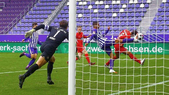 Dieser Einsatz von Malcolm Cacutalua ,Aue, gegen Stefan Schimmer ,Heidenheim, wurde mit Elfmeter betraft.