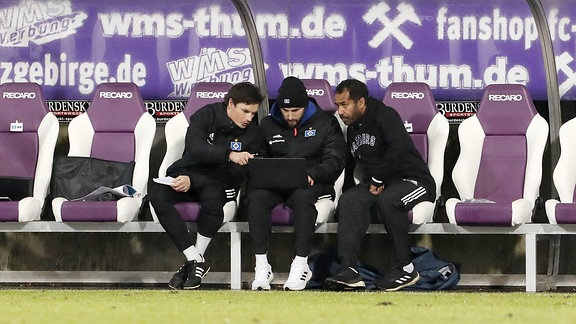 HSV Trainergespann in der Halbzeitpause. Re.: Cheftrainer Daniel Thioune (Hamburger SV).