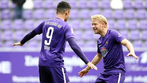 Torjubel nach dem Treffer zum 1:0 durch Torschütze Emmanuel Iyoha (li., 9, Aue), tanzt mit Jan Hochscheidt (7, Aue).