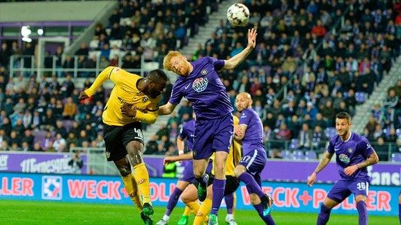 Erich Berko (SG Dynamo Dresden) li. und Fabian Kalig (FC Erzgebirge Aue) re., FC Erzgebirge Aue vs. SG Dynamo Dresden