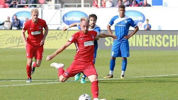 Marc Schnatterer (1.FC Heidenheim 7) beim Elfmeter zum 3:0.