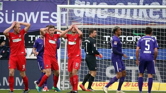 v.li.: Sebastian Griesbeck (FC Heidenheim), Patrick Mainka (FC Heidenheim), Timo Beermann (FC Heidenheim) enttäuscht schauend.