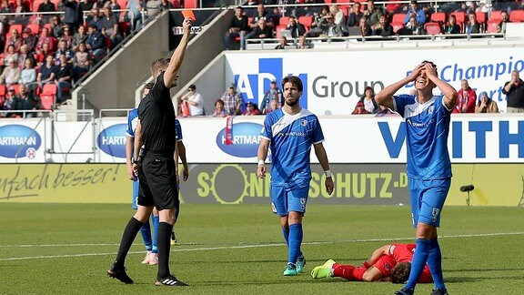 Schiedsrichter Arne Aarnink zeigt Tobias Müller die gelb-rote Karte