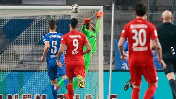 Ball schlaegt hinter Giorgi Loria an die Latte