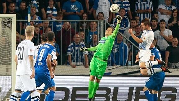 Alexander Brunst (Magdeburg, 30) hält den Ball.