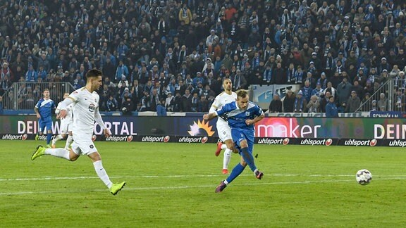 Felix Lohkemper, 1. FC Magdeburg, erzielt das Tor zum 1:0 gegen Torwart Martin Männel (nicht im Bild, Aue).