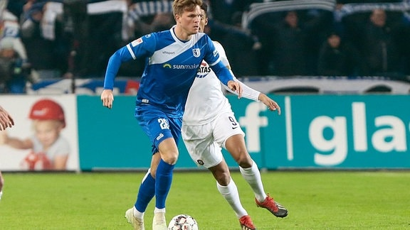 Marius Buelter (Magdeburg, 26) am Ball.
