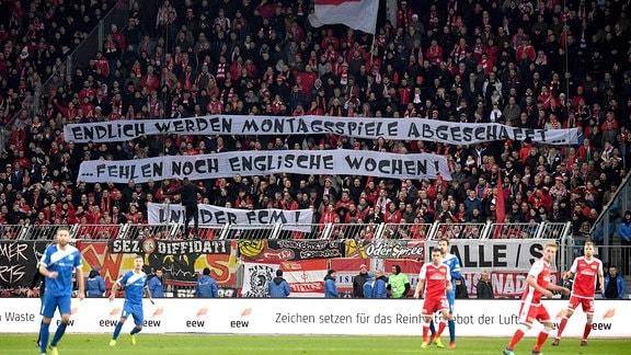 Transparent im Fanblock von Union Berlin - ''Endlich werden Montagsspiele abgeschafft... Fehlen noch Englische Wochen! Und der FCM!''.