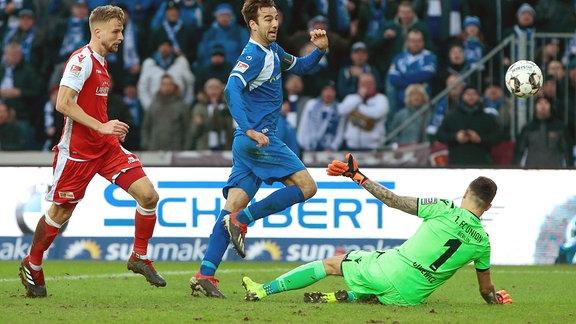 Christian Beck (Magdeburg, 11) erzielt das Tor zum eins zu null für den 1. FC Magdeburg.
