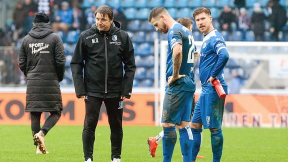 v.l. Michael Oenning (Magdeburg, Trainer), Timo Perthel (Magdeburg, 29), Philip Türpitz (Magdeburg, 8) schauen enttäuscht.