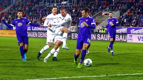 Henk Veerman trifft zum 2:1, rechts Sören Gonther, links Tom Baumgart