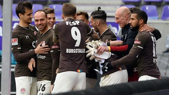 Mannschaft des FC St. Pauli bejubelt das 1:0 gegen FC Erzgebirge Aue