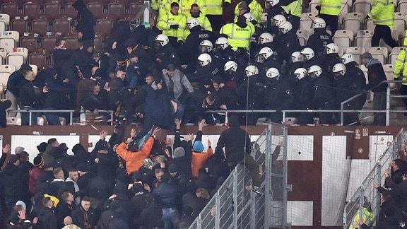 Auseinandersetzung der Fans aus Dresden mit den Ordner und der Polizei auf St. Pauli