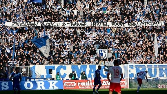 Magdeburger Fans bekennen sich zu Jens Härtel.