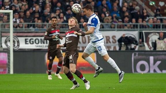 v.li.: Mats Moeller Daehli (FC St. Pauli, 14) und Charles Elie Laprevotte (1. FC Magdeburg, 23) im Zweikampf