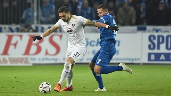 v. l. Pascal Testroet (Aue), Timo Perthel (1. FC Magdeburg)