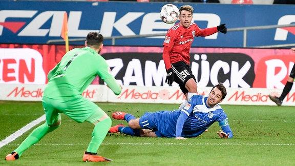 Thomas Pledl (Nr.30, FC Ingolstadt 04) setzt sich im 16er durch beim Spiel FC Ingolstadt 04 gegen 1. FC Magdeburg.