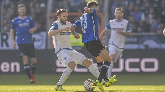 Magdeburgs Rico Preißinger (l.) und Bielefelds Jonathan Clauss kämpfen um den Ball.
