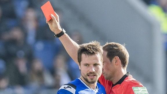 Bielefelds Julian Börner sieht die Rote Karte.