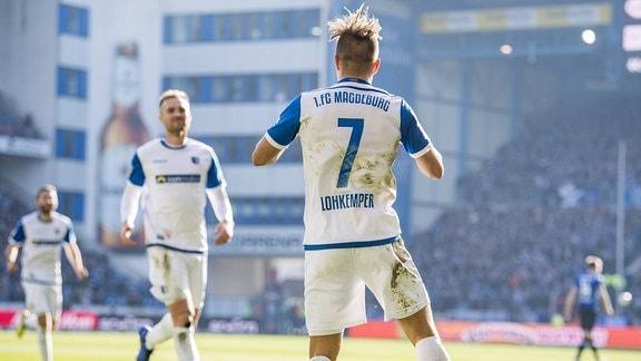 Magdeburgs Felix Lohkemper (r.) jubelt nach seinem Tor zum 0:2.