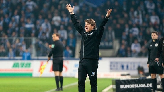 1.FC Magdeburg - 1. FC Heidenheim emspor, v.l. Michael Oenning (Magdeburg, Trainer) gibt Anweisungen, gestikuliert mit den Armen