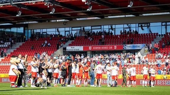 Regensburger Spieler feiern den Sieg mit ihren Fans
