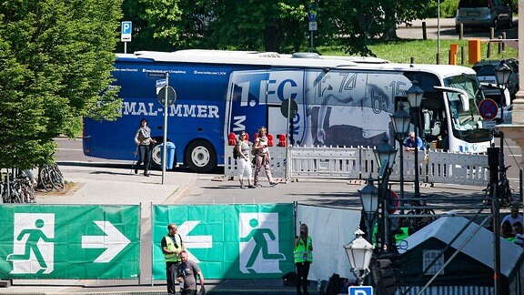 Bus 1. FC Magdeburg - offizieller Aufstiegsempfang des Oberbuergermeisters der Landeshauptstadt Magdeburg im Rathaus in Magdeburg mit Eintrag in das Goldene Buch der Landeshauptstadt