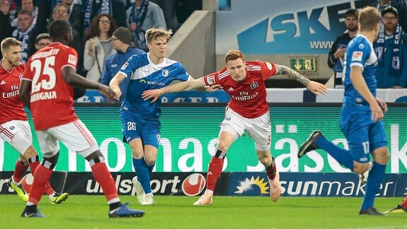 v.l. Marius Bülter (Magdeburg, 26), David Bates (Hamburger SV, 5)