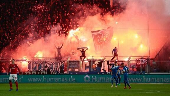 Hamburger Fans zünden Pyrotechnik