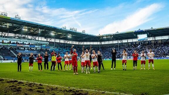Jubel beim SSV Jahn Regensburg vor dem Fanblock waehrend der Begegnung in der 2. Bundesliga zwischen 1. FC Magdeburg und SSV Jahn Regensburg in der MDCC Arena.