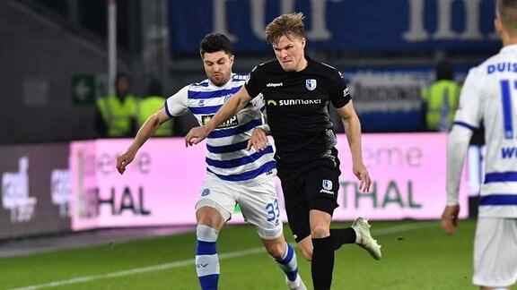 im Zweikampf: Moritz Stoppelkamp ( 33, MSV Duisburg) und Marius Bülter ( 26, 1.FC Magdeburg)