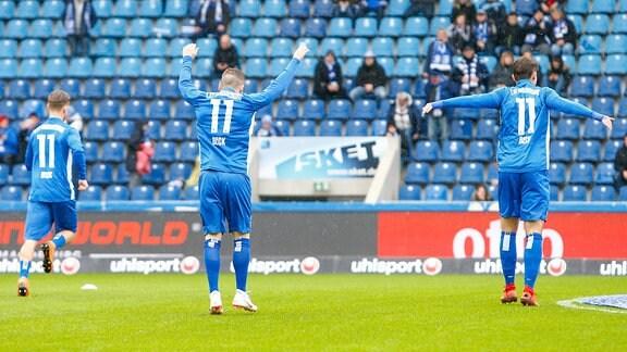 Magdeburga Spieler tragen beim Aufwärmen das Trikot von Christian Beck.