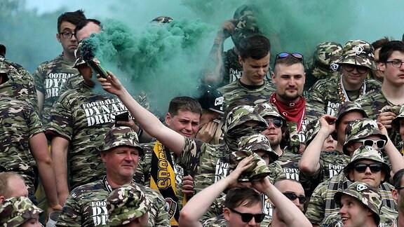 Pyrotechnik im Fanblock von Dynamo Dresden 2017
