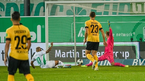 Fürths Daniel Keita-Ruel erzielt das Tor zum 1:0