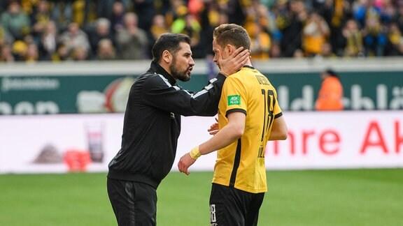 Dresdens Cheftrainer Cristian Fiel (links) gibt Jannik Müller Anweisungen